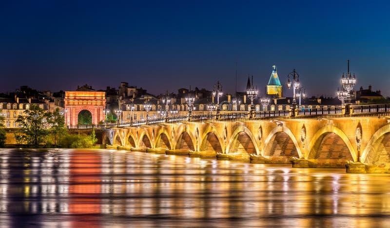 Puente y Porte de Borgoña Gate de Pont de Pierre en Burdeos, Francia foto de archivo libre de regalías