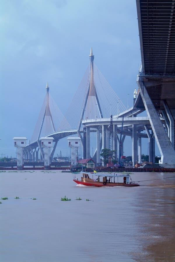 Puente y remolcador en Bangkok, Tailandia fotos de archivo