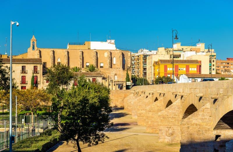 Puente y Santa Monica Church de Serranos en Valencia, España imágenes de archivo libres de regalías
