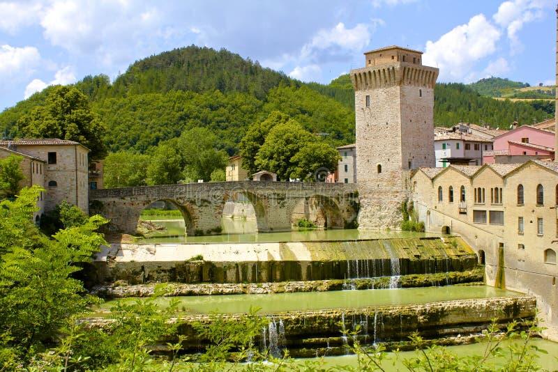 Puente y torre arqueados antiguos foto de archivo