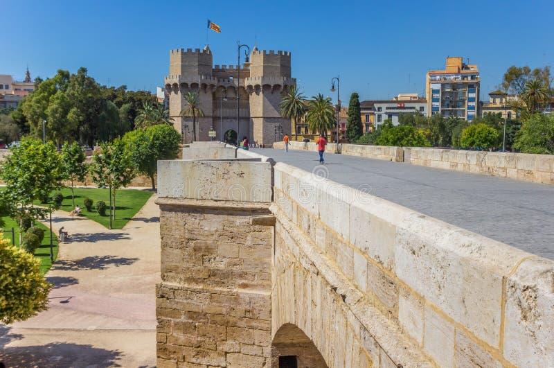 Puente y torres de Serranos en el centro de Valencia imagenes de archivo