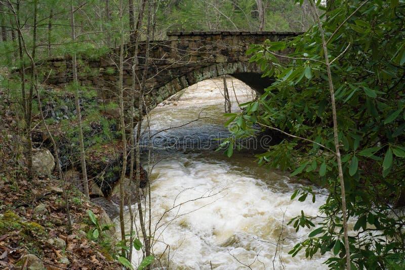 Puente y vapor de piedra de la montaña en el paso de Goshen foto de archivo