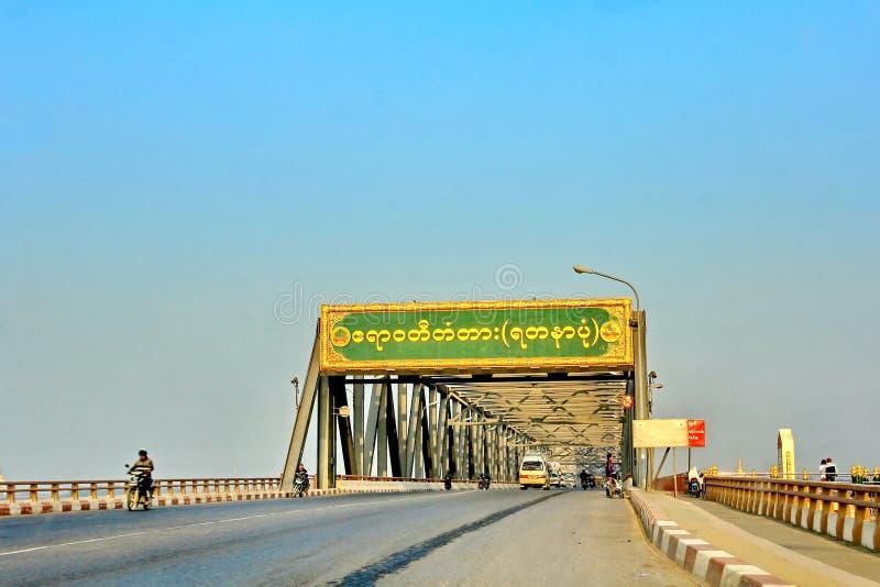 Puente Yadanabon de Irrawaddy o transporte y tráfico del puente de Ayeyarwady con el vehicleson el puente, sobre el río de Ayeyar imágenes de archivo libres de regalías