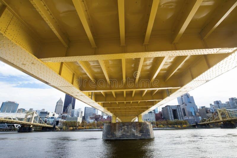 Puentes amarillos sobre el río de Allegheny en Pittsburgh, Pennsylvania foto de archivo libre de regalías