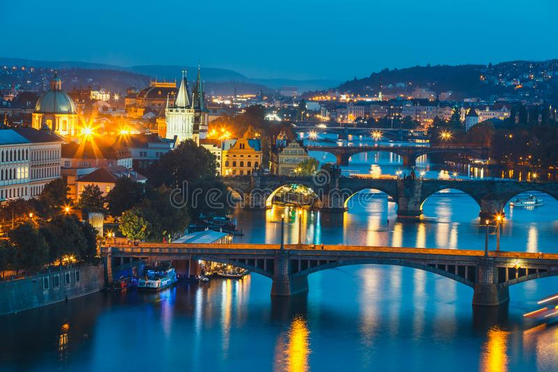 Puentes con el río histórico de Charles Bridge y de Moldava en la noche en Praga fotos de archivo