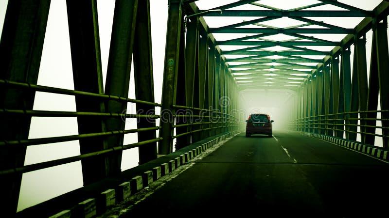 Puentes cubiertos por la neblina del humo imágenes de archivo libres de regalías