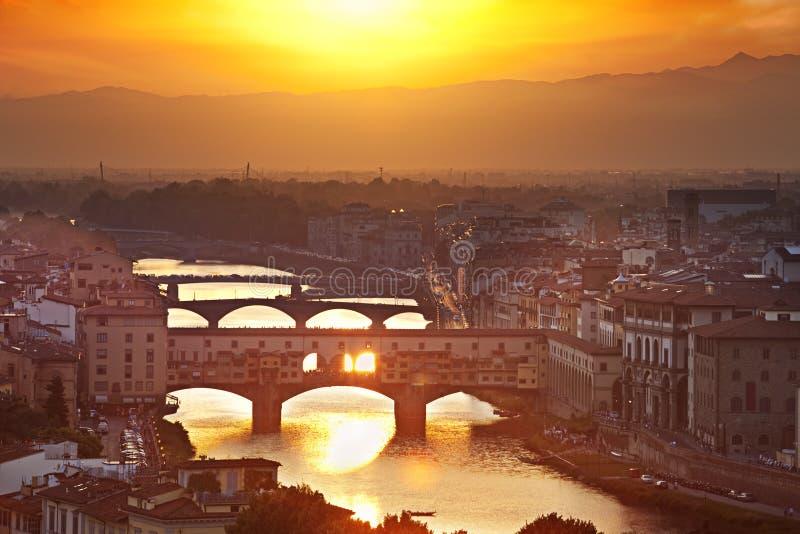 Puentes de Florencia en la puesta del sol, Italia fotografía de archivo libre de regalías