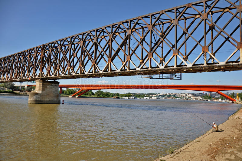 Puentes de la ciudad con el pescador fotografía de archivo libre de regalías