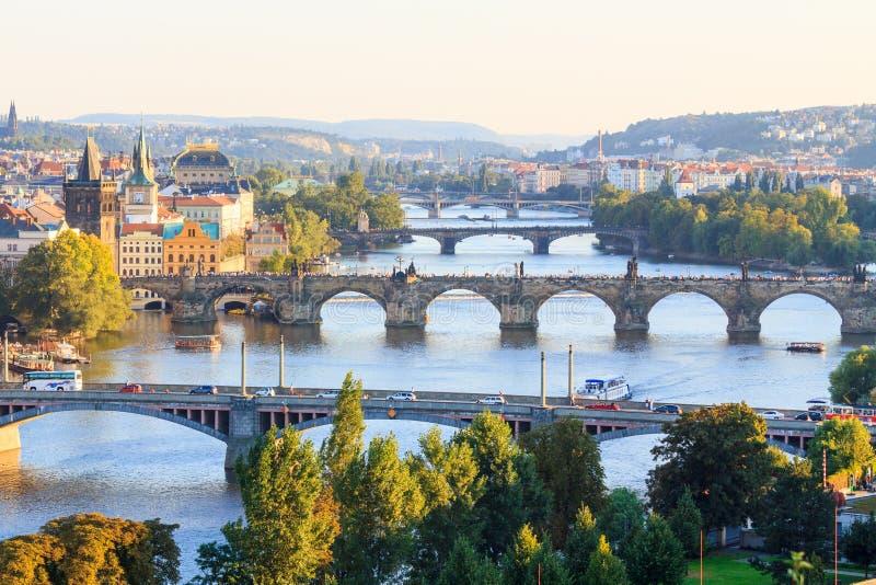 Puentes de Praga desde arriba en la puesta del sol imagen de archivo libre de regalías