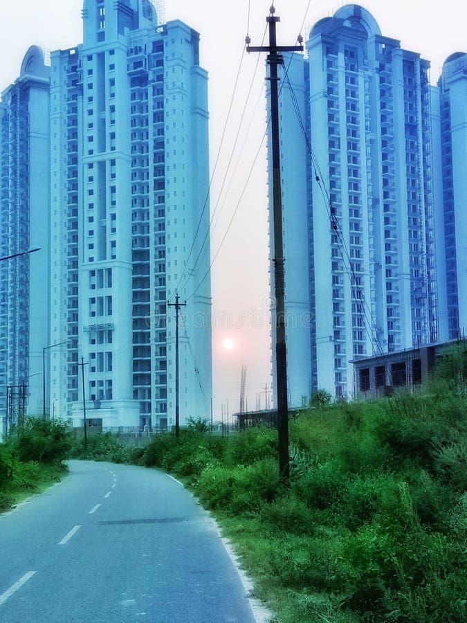 Puentes de sol entre dos torres pintorescas en la Gran Noida India imagenes de archivo