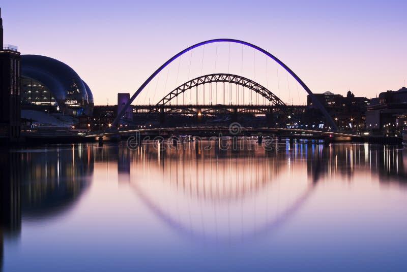 Puentes de Tyne en el ocaso en invierno imagen de archivo