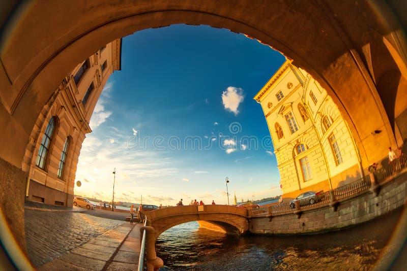 Puentes del canal del invierno, Rusia, St Petersburg Lente de ojo de pescados que crea una visión granangular estupenda fotos de archivo