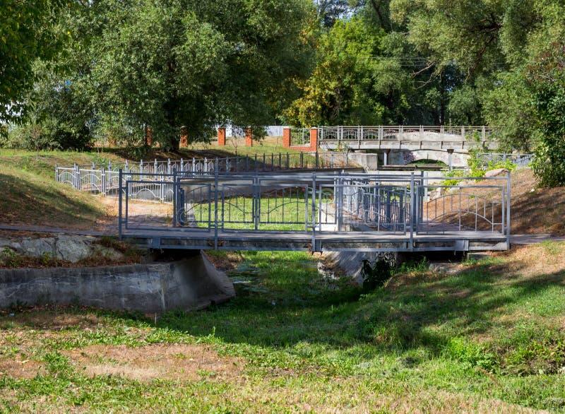 Puentes en el parque de la ciudad de Zadonsk foto de archivo