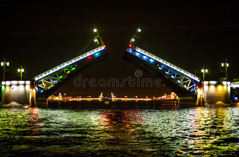 Puentes levadizos en St Peterburg, Rusia foto de archivo