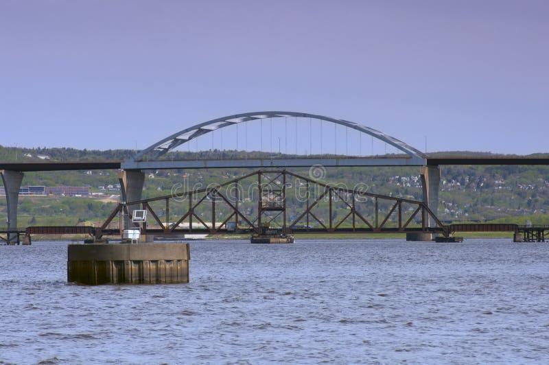 Puentes que atraviesan al superior de lago en el superior de Duluth fotografía de archivo