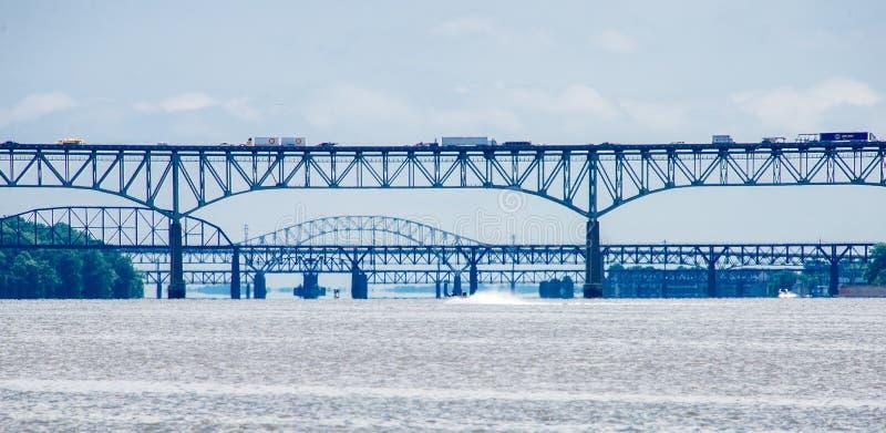Puentes sobre el trhe el río Susquehanna en el depósito del puerto imagen de archivo
