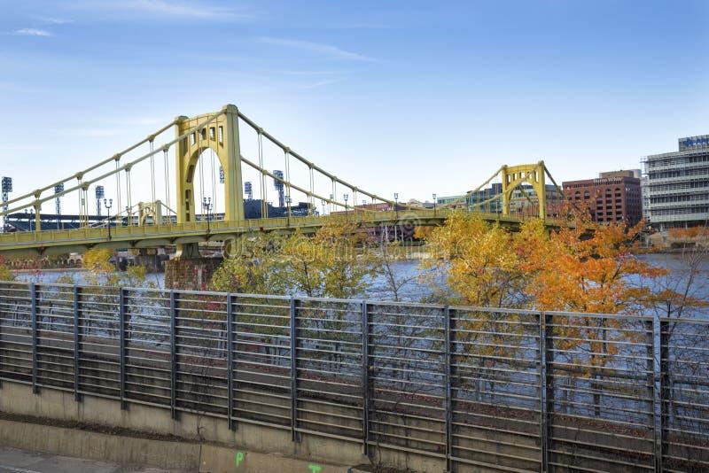 Puentes y follaje de otoño amarillos de Pittsburgh, Pennsylvania imagenes de archivo