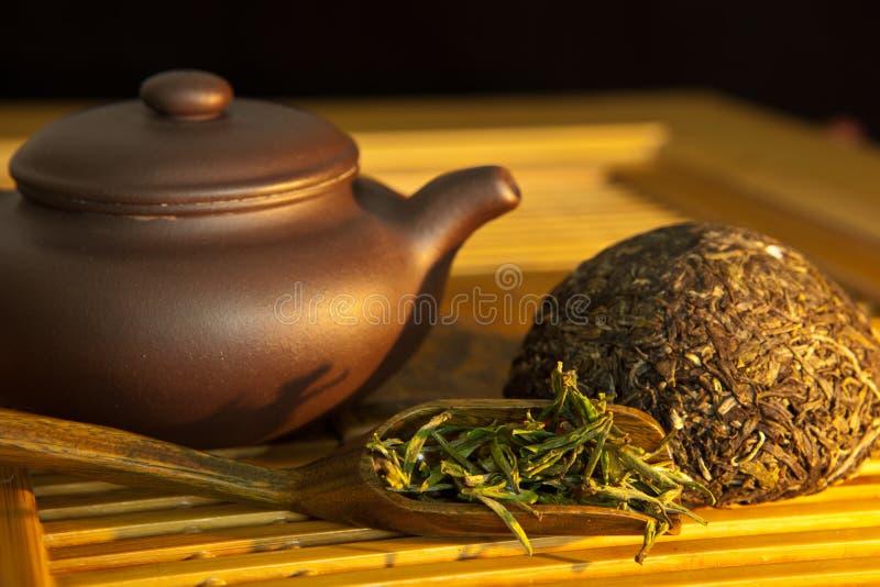 Puer chińska herbata i herbaciany set fotografia royalty free