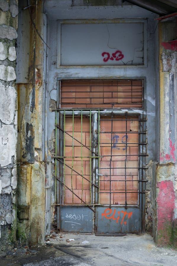 Puerta abandonada vieja imagen de archivo