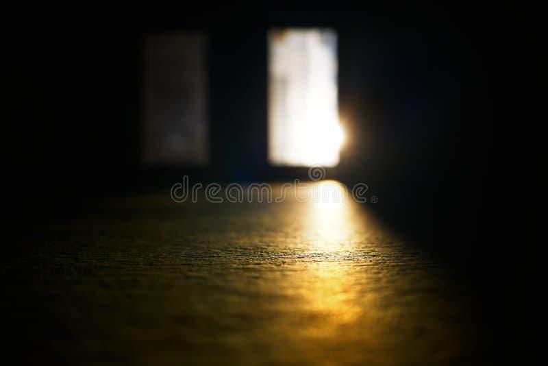 Puerta abierta con el hd del fondo del escape de la luz de la puesta del sol imagen de archivo libre de regalías