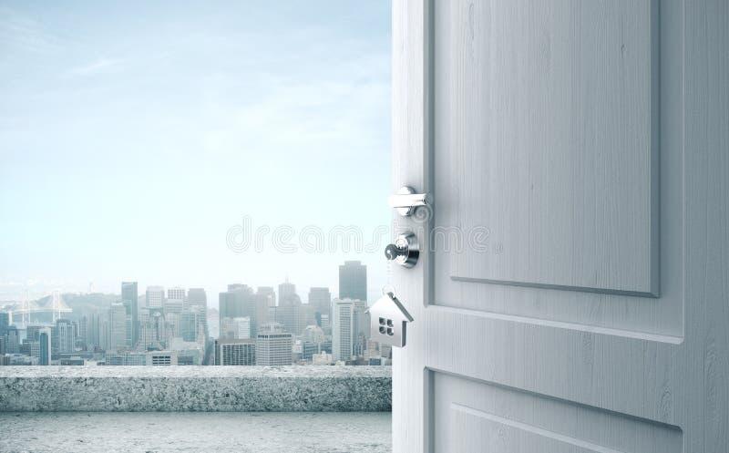 Puerta abierta con llave en la cerradura y vista a la ciudad fotos de archivo