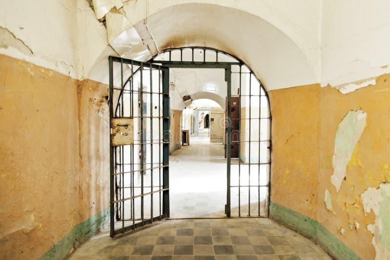 Puerta abierta de la prisión foto de archivo libre de regalías