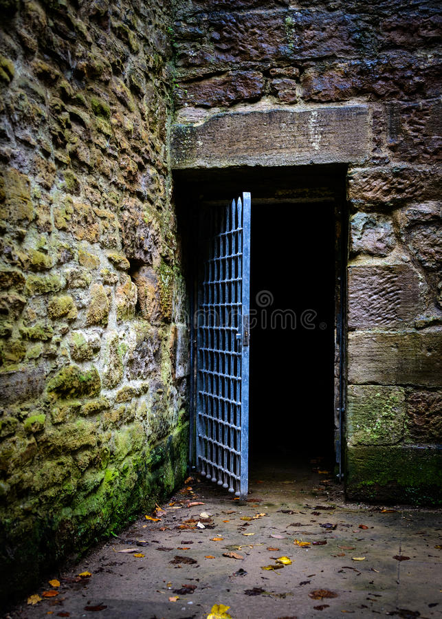 Puerta abierta de la prisión fotos de archivo