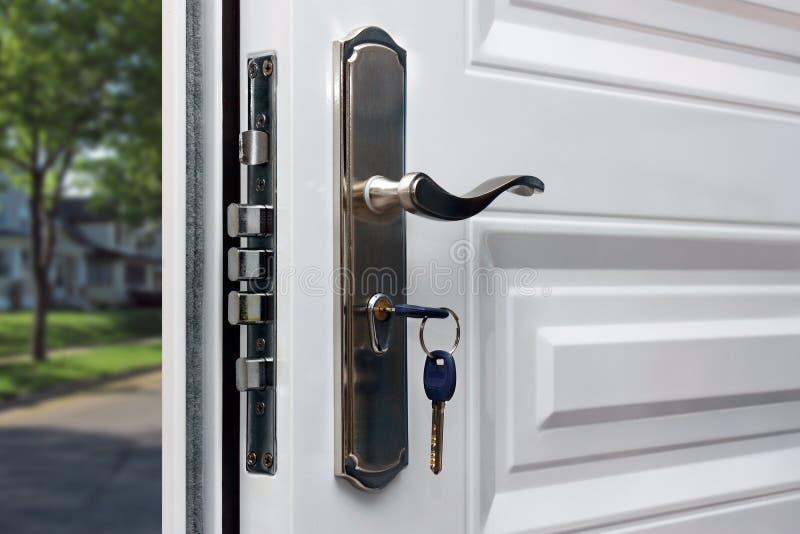 Puerta abierta de un domicilio familiar imagenes de archivo