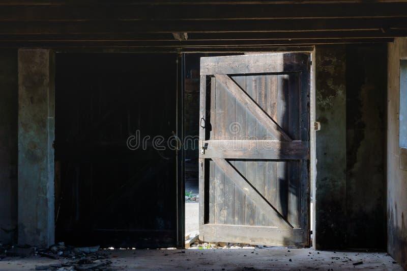 Puerta abierta de un granero dilapidado imagenes de archivo