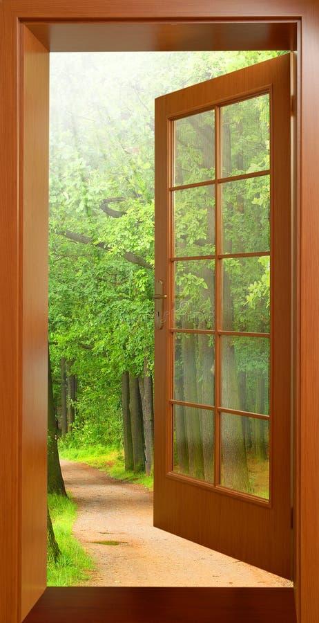 Puerta abierta a la madrugada. foto de archivo libre de regalías