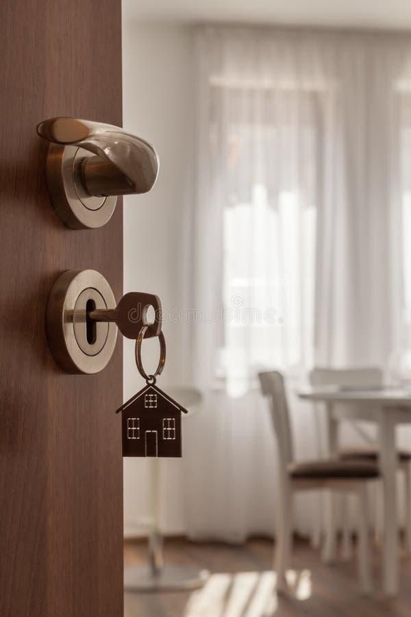 Puerta abierta a un nuevo hogar Tirador de puerta con llave y llavero formado hogar Hipoteca, inversión, propiedades inmobiliaria fotografía de archivo
