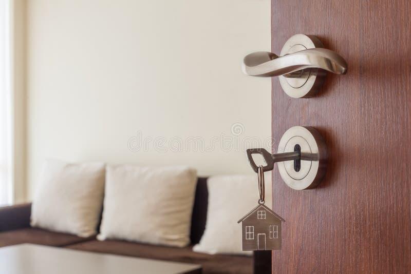 Puerta abierta a un nuevo hogar Tirador de puerta con llave y llavero formado hogar Hipoteca, inversi?n, propiedades inmobiliaria imágenes de archivo libres de regalías