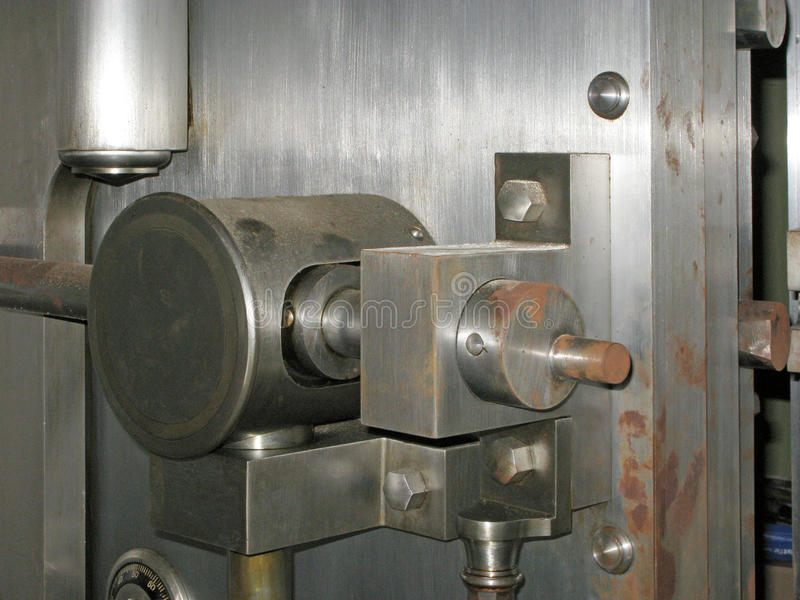Puerta abierta vieja aherrumbrada de la cámara acorazada de banco fotografía de archivo