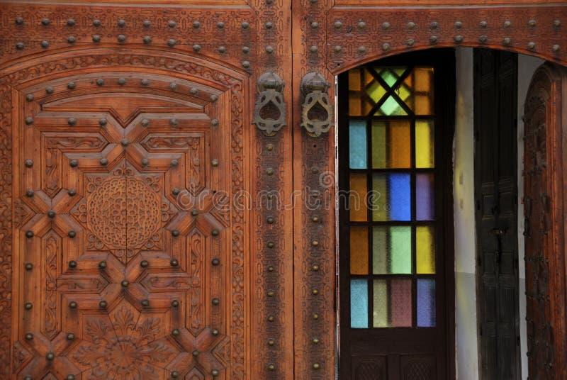 Puerta adornada en el medina de Marrakesh, Marruecos fotografía de archivo