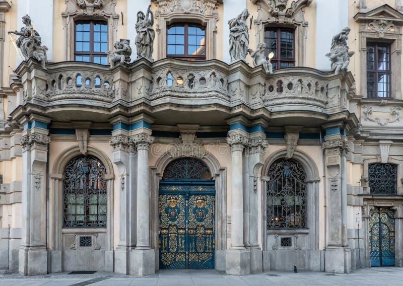 Puerta adornada en la universidad vieja en Wroclaw fotos de archivo
