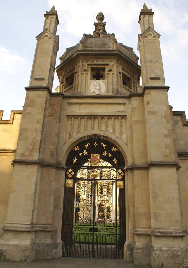 Puerta adornada o entrada del hierro labrado fotos de archivo