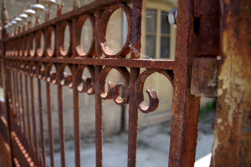 Puerta agradable adornada del garaje hecha del acero oxidado fotos de archivo