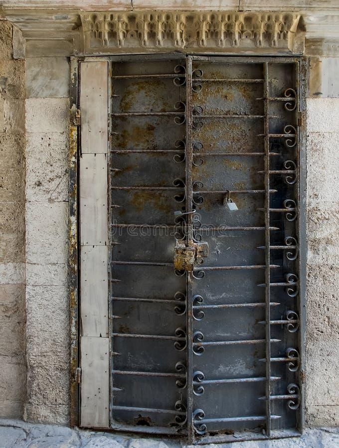Puerta aherrumbrada vieja con los elementos forjados imágenes de archivo libres de regalías