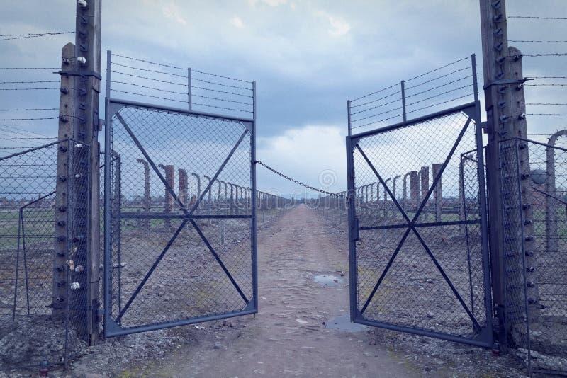 Puerta al campo de concentración auschwitz-birkenau Cerca del alambre de púas alrededor del campo de exterminación en Oswiecim foto de archivo libre de regalías