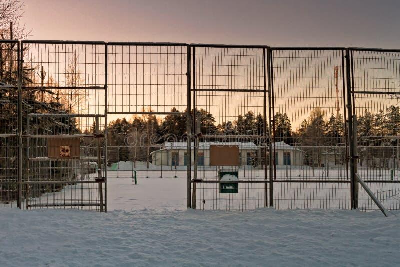Puerta al campo de tenis nevado imagenes de archivo