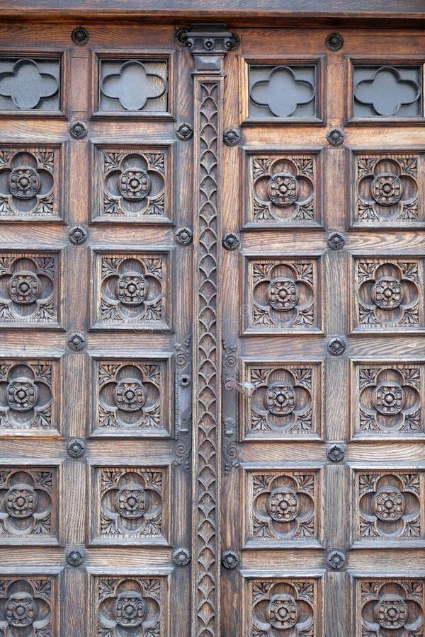 Puerta, al oeste portal de la iglesia de St Mark en Zagreb imagenes de archivo