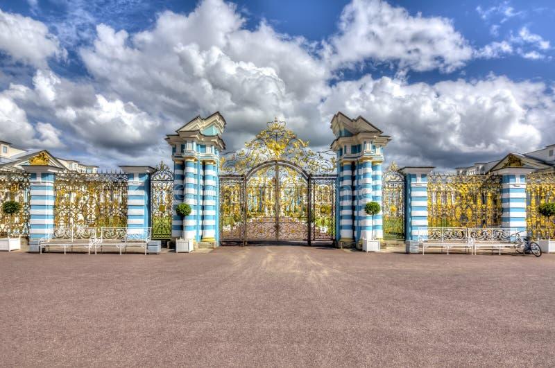 Puerta al palacio de Catherine en Tsarskoe Selo Pushkin, St Petersburg, Rusia fotografía de archivo