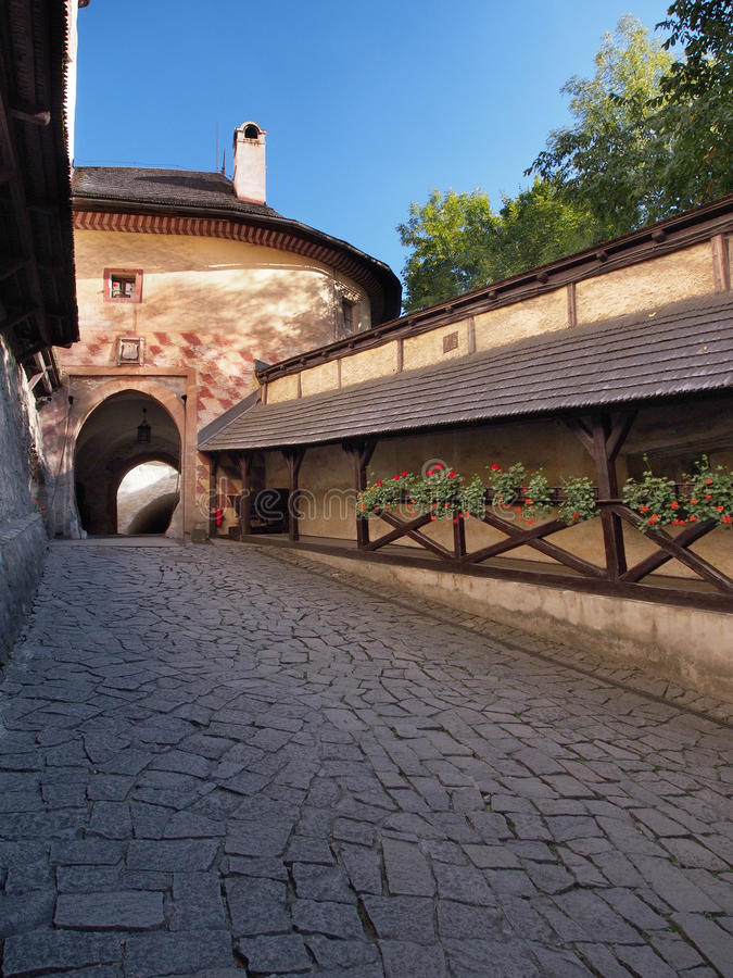 Puerta al patio del castillo de Orava, Eslovaquia fotografía de archivo