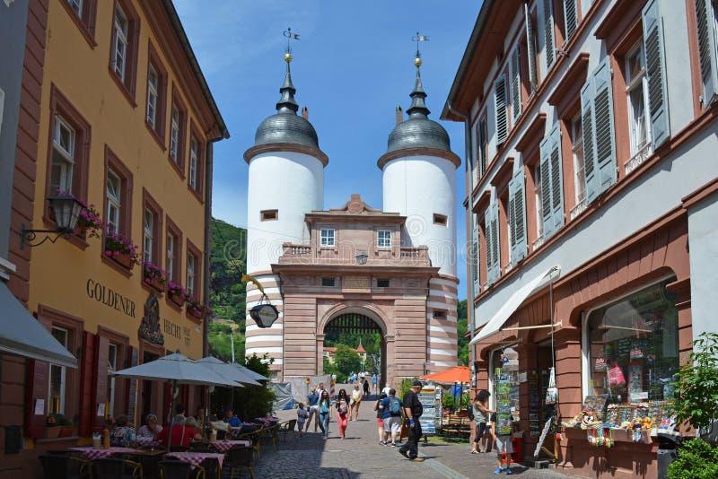 Puerta al puente viejo de 'Karl Theodor 'sobre el río Neckar en centro de ciudad después de la restauración en un día soleado fotos de archivo libres de regalías