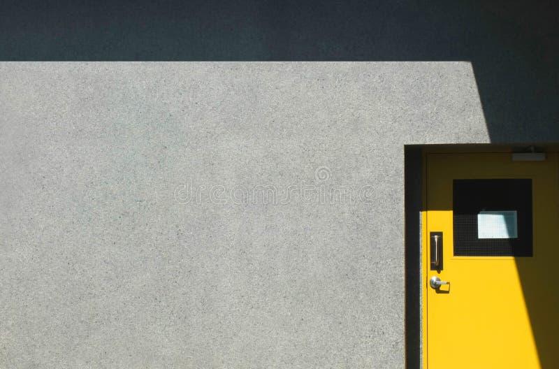 Puerta amarilla en fábrica foto de archivo