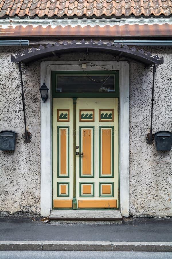 Puerta amarilla y verde en Parnu foto de archivo