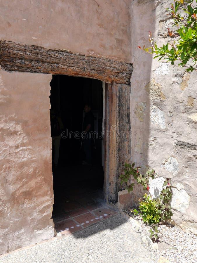 Puerta antigua con el dintel de madera en el museo de Carmel Mission foto de archivo