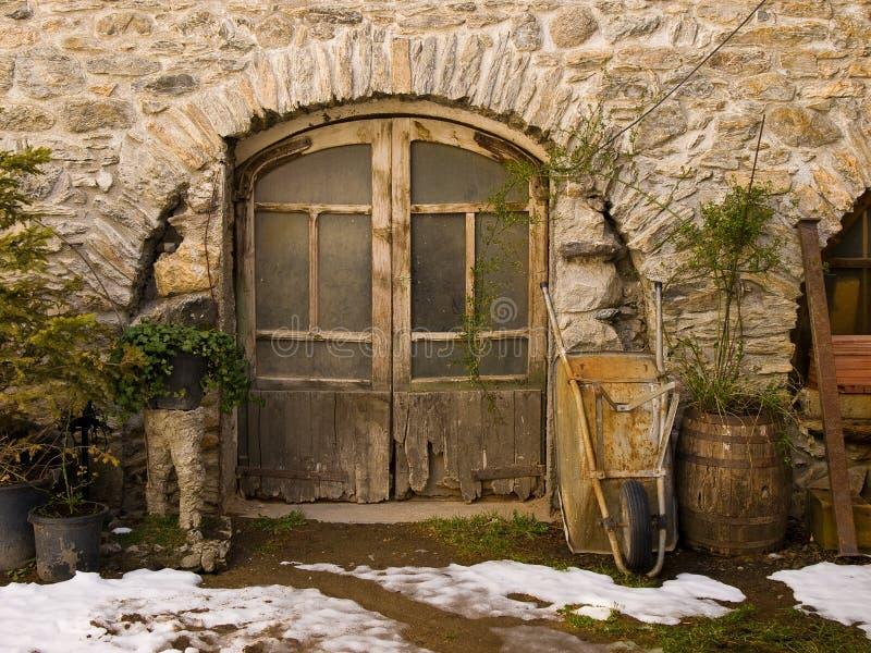 Puerta antigua de la hoja y de la carretilla de madera dobles fotos de archivo libres de regalías