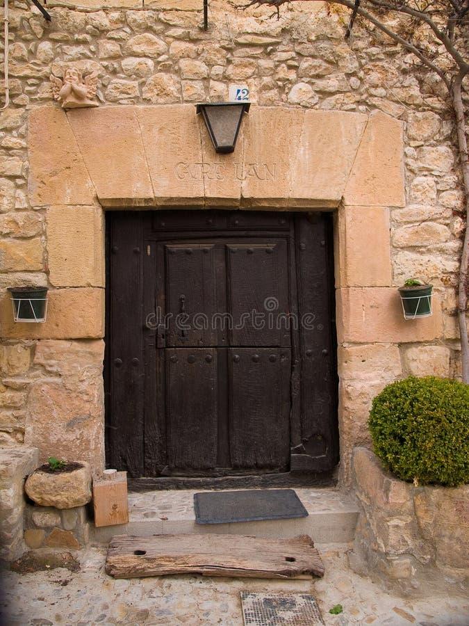Puerta antigua de la piedra y de madera con el dintel y el grabado del vasco fotos de archivo