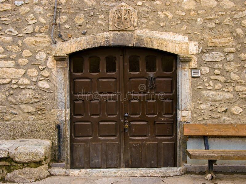 Puerta antigua del arco de madera oscuro desenfrenado imagen de archivo libre de regalías